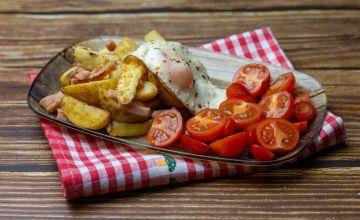 Жареный картофель с ветчиной и яйцом