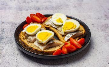 Бутерброд с селедкой и яйцом