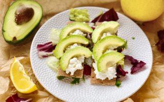 Хрустящий хлебец с авокадо и зернёным творогом