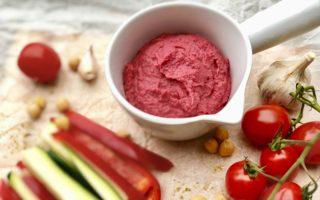 Хумус из свеклы с овощами