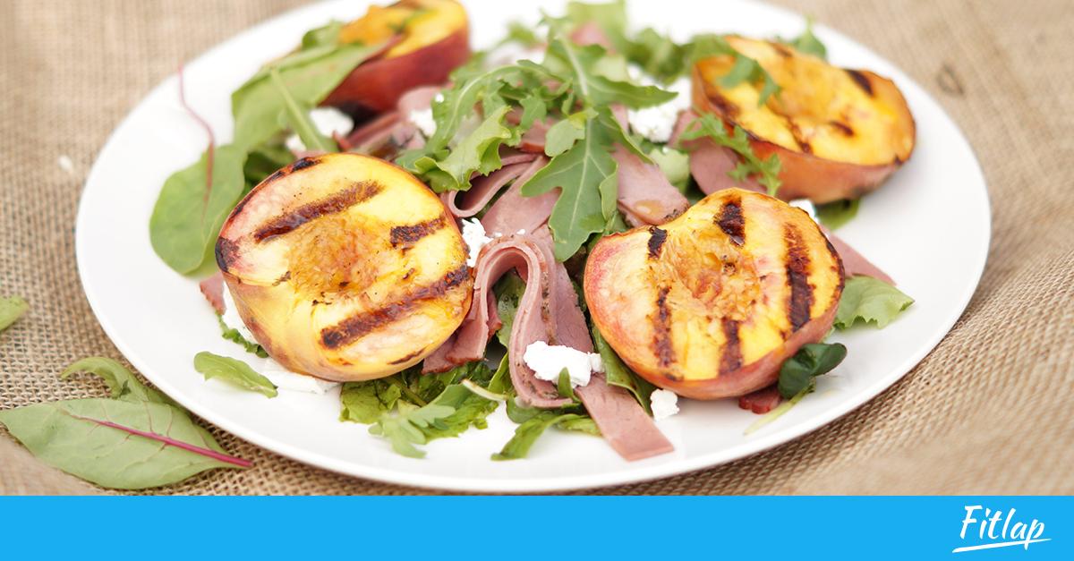 Необычный летний салат с жареным персиком, ветчиной и козьим сыром