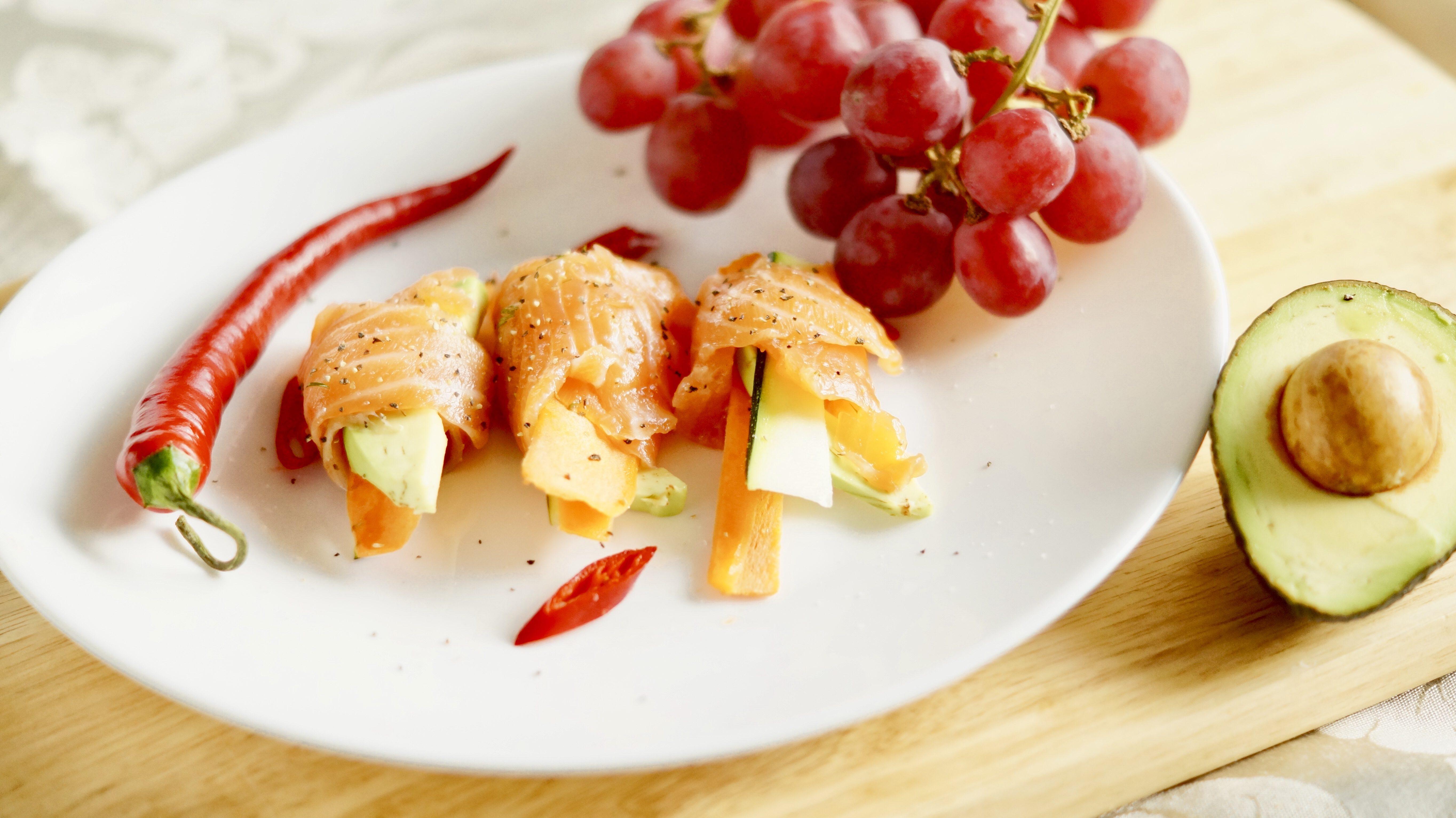 Рулетики из лосося, авокадо и овощей