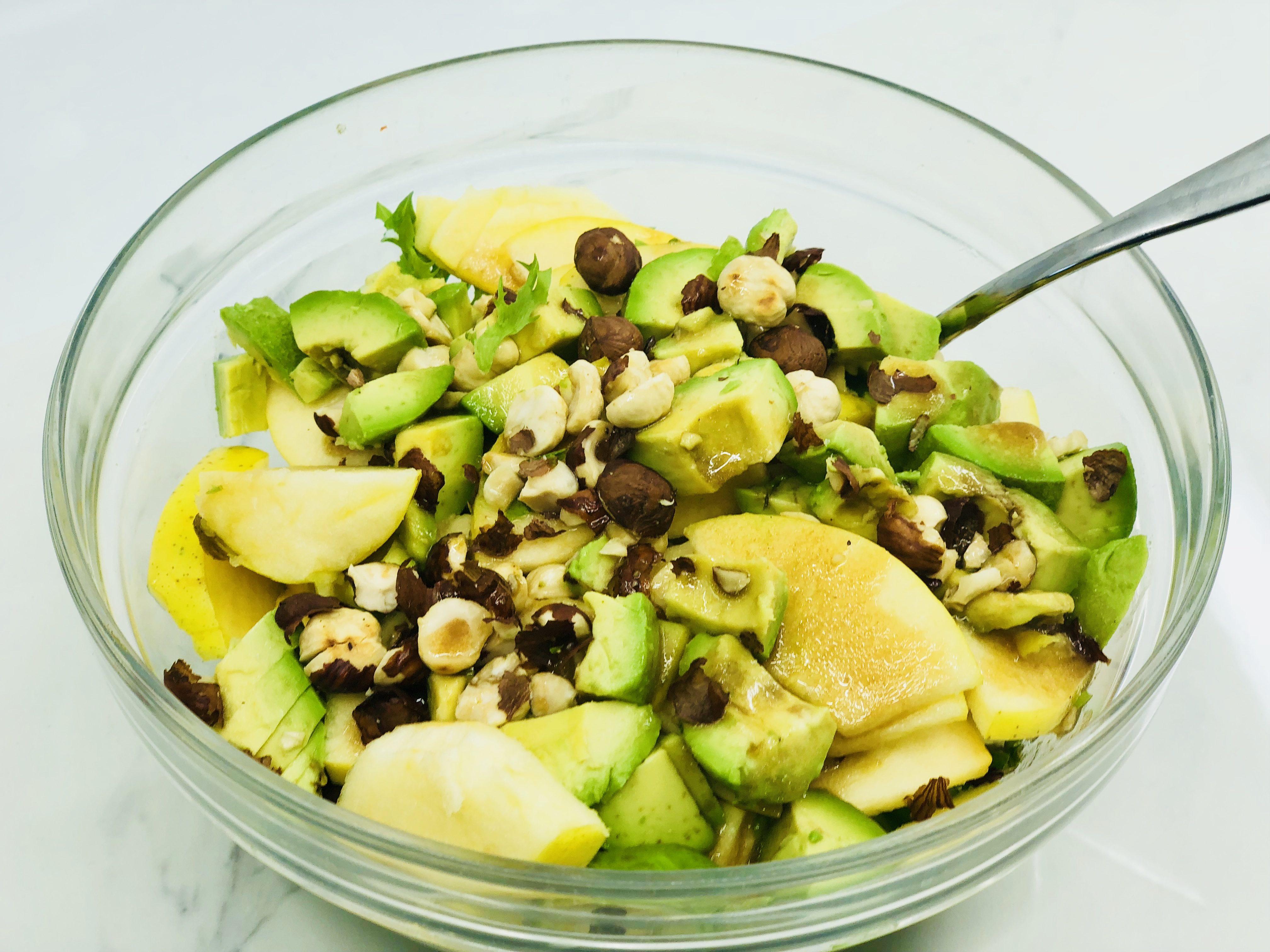 Салат с сыром, орехами и авокадо